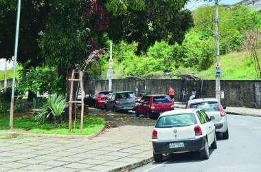 Motorista desconhece lei que proíbe estacionar em praças
