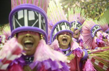 Público se empolga com desfile na Marques de Sapucaí