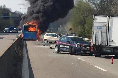 Motorista incendeia ônibus com 51 crianças na Itália; ninguém ficou ferido