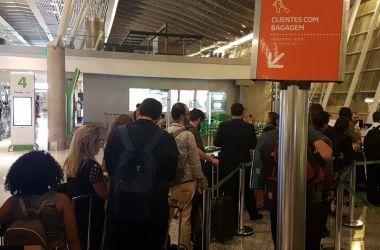 Clientes com bagagem de mão precisam obedecer as especificações da Anac para embarcá-la no compartimento de bagagem na área de passageiros do avião - Pedro Rafael Vilela/Repórter da Agência Brasil