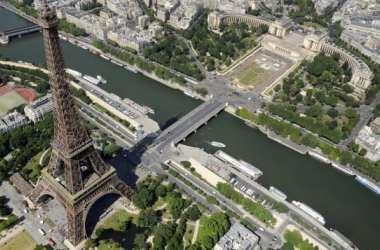 Homem escala a Torre Eiffel, que é evacuada
