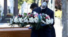Vítimas do coronavírus são enterradas sem funerais em todo o mundo