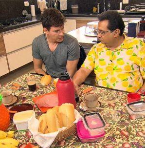 No Domingo Show, Rodrigo Faro abre sua mansão em construção para Geraldo Luís