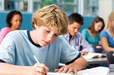 Estudante de escola paga tem o dobro da chance de entrar na faculdade, aponta IBGE