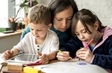 Projeto que pretende regulamentar a educação domiciliar no Brasil prevê provas anuais e cadastro no MEC
